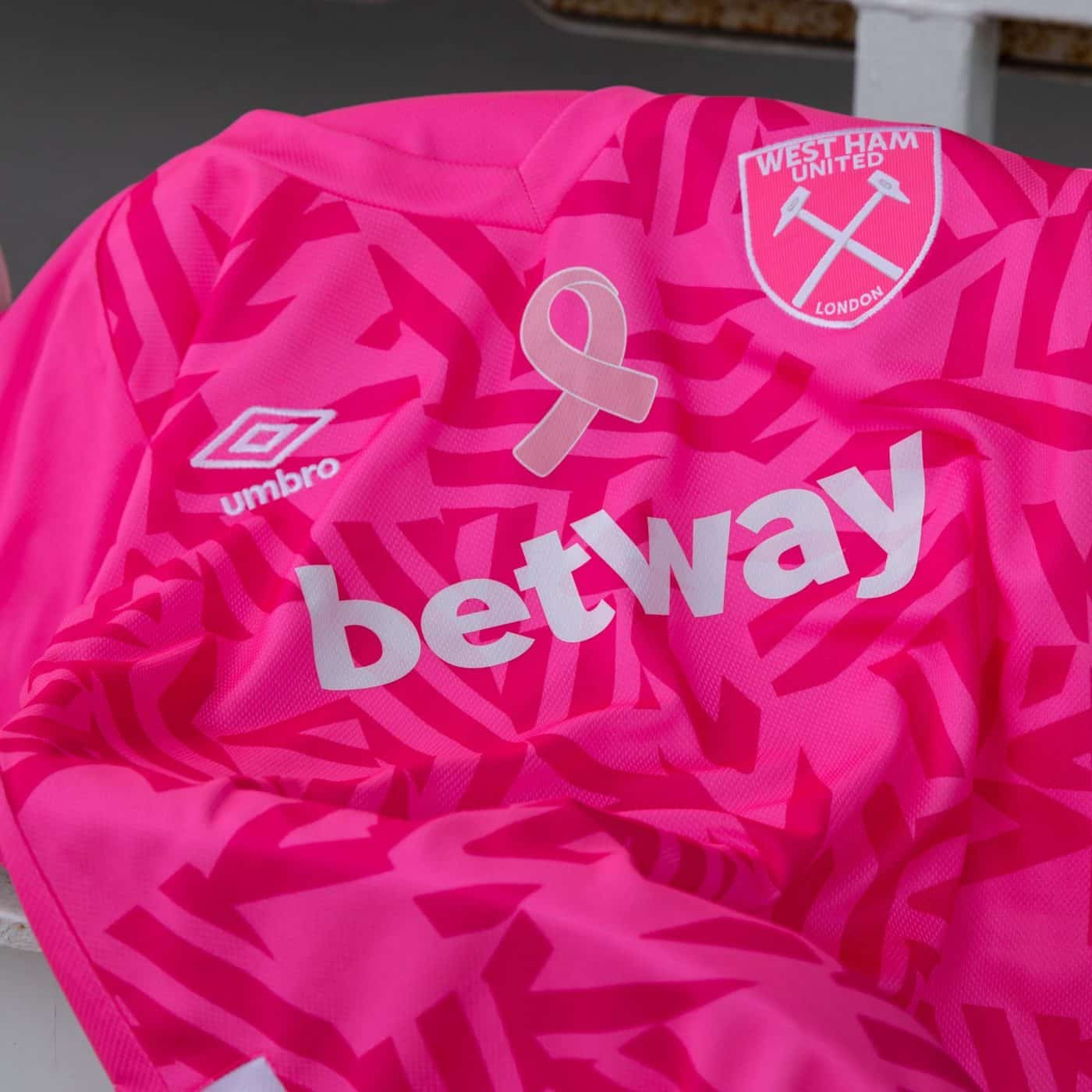 maillot-rose-swet-ham-united-cancer-du-sein-octobre-rose-1
