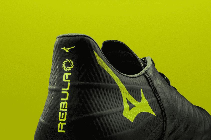 chaussures-foot-mizuno-rebula-3-noire-jaune-brazilian-spirit-footpack-2019-1