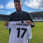 Erling Haaland reçoit un maillot de son joueur préféré!