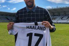 Image de l'article Erling Haaland reçoit un maillot de son joueur préféré!