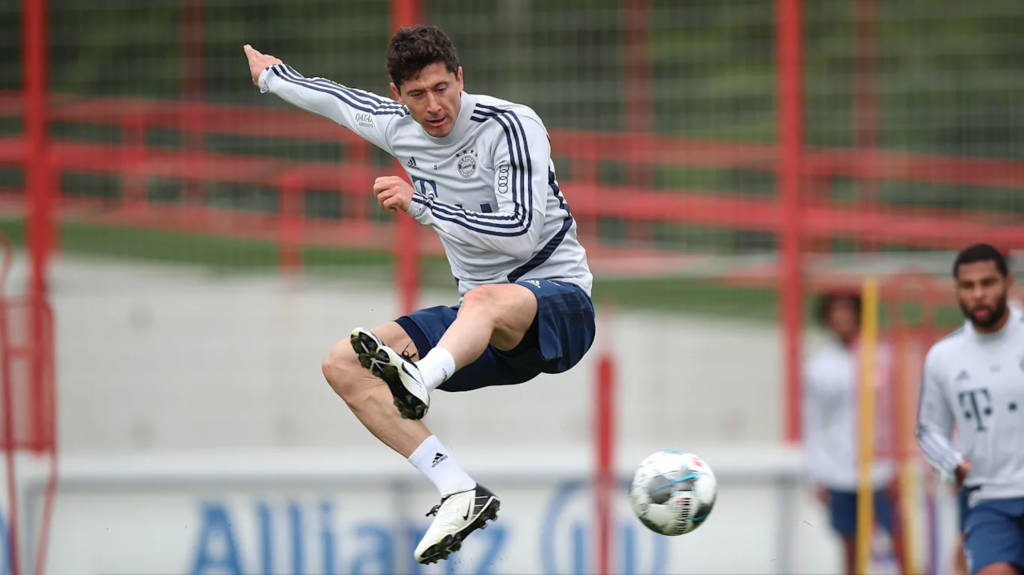 robert-lewandowski-nike-phantom-venom-future-DNA-Total-90