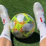 Un joueur de l'Atlético Madrid joue avec des chaussures de football américain!