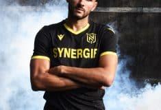 Image de l'article Le maillot extérieur 2020-2021 du FC Nantes réintroduit la couleur noire