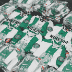 Classic Football Shirt met la main sur des dizaines de maillots 1996 du Nigéria