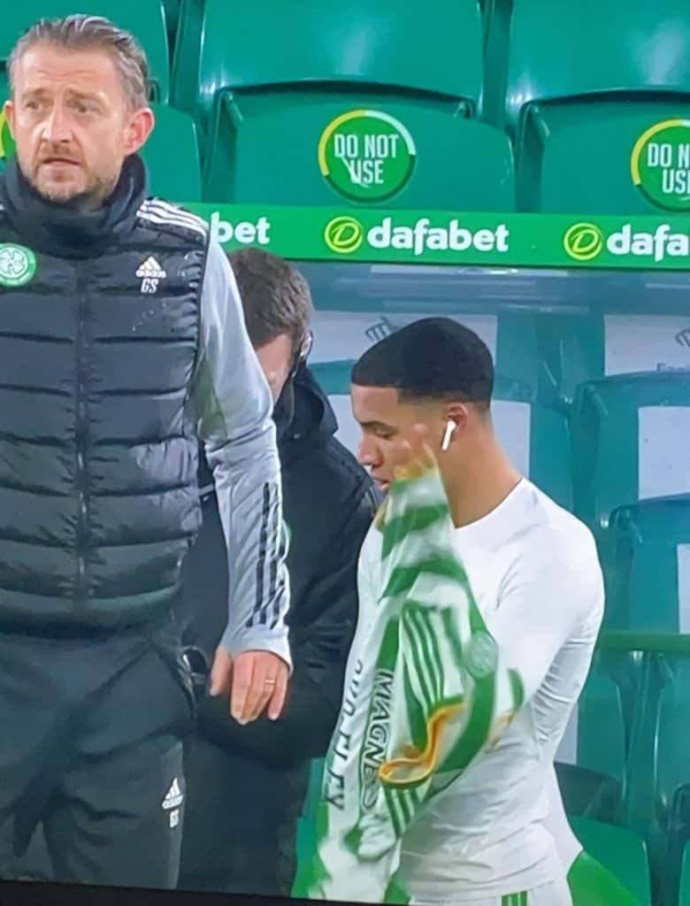 Armstrong-Oko-Flex-airpods-celtic