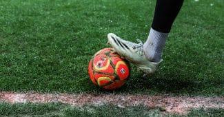 Image de l'article Le ballon spécial neige débarque sur les pelouses de Ligue 1 et Ligue 2