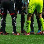 Quand un club oblige ses joueurs à porter des crampons rouges!