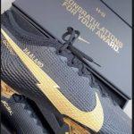 Erling Haaland reçoit des crampons spéciaux pour saluer son trophée du Golden Boy