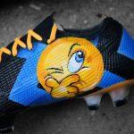Les crampons de Brozovic, inspirés du maillot de l'Inter