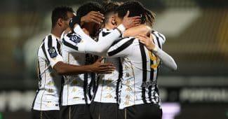 Image de l'article Les maillots des joueurs d'Angers et du PSG seront mis aux enchères après le match