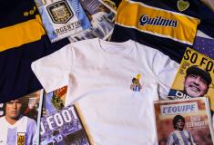 Image de l'article Une association française lance deux t-shirts en hommage à Maradona pour financer un terrain en Argentine