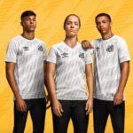 Le club de Santos dévoile ses maillots 2021-2022 avec Umbro