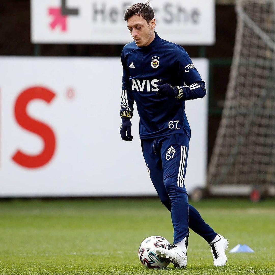 Mesut Özil en crampons Concave