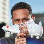 Les chaussures de foot de … Neymar