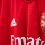 adidas présente le maillot domicile d'Arsenal 2021-2022