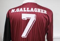 Image de l'article Des maillots de foot du groupe Oasis mis aux enchères