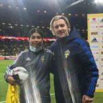 Elle aide la Suède à gagner du temps contre la Grèce, Forsberg lui offre son maillot