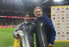 Image de l'article Elle aide la Suède à gagner du temps contre la Grèce, Forsberg lui offre son maillot